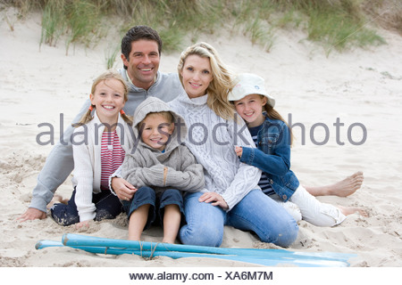 Portrait of young family on beach Banque D'Images