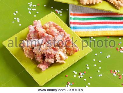 Pâtisserie italienne typique faite pour le carnaval, appelé chiacchiere, bugie ou crostoli. Parfumé à la liqueur de spécialité italienne. Banque D'Images