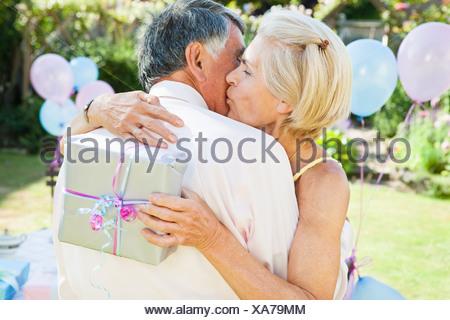 Mature Woman kisses homme mûr. Banque D'Images