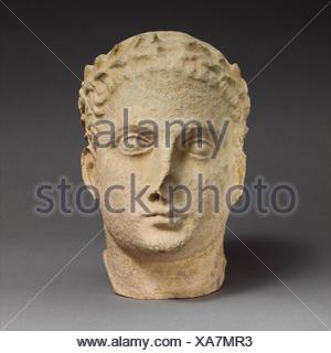 Tête en pierre calcaire d'hommes imberbes votary. Période hellénistique:; Date: 2ème siècle avant J.C, Culture: moyen; chypriote: pierre calcaire; Dimensions: hors tout: 10 1/4