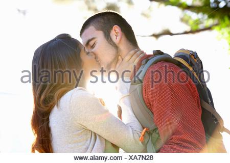 Jeune couple kissing Banque D'Images