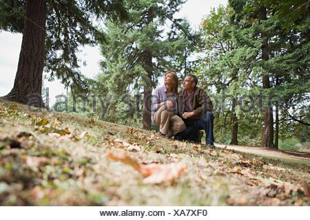Couple dans une forêt Banque D'Images