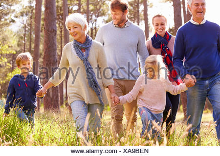 Professionnels multi-generation family walking in the countryside Banque D'Images