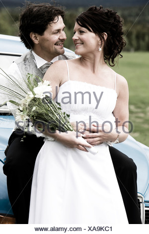 Heureux de Faire place au marié mariée de derrière comme ils regardent les uns les autres
