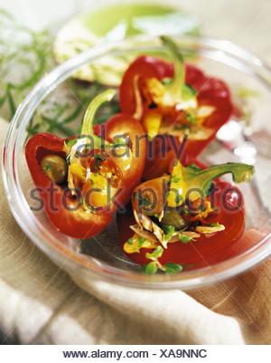 Poivrons rouges farcis au thon et olives vertes épicée Banque D'Images