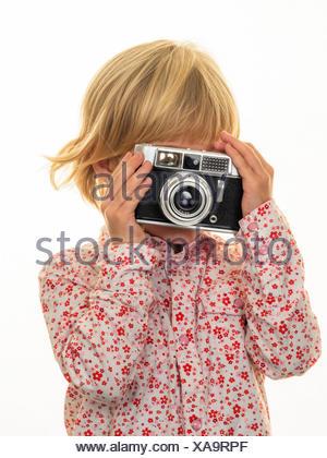 Girl taking photo avec l'appareil photo à l'ancienne Banque D'Images