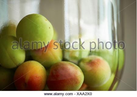 Tas de pommes dans un bol vert frais Banque D'Images