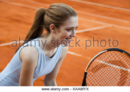 Teen girl playing tennis Banque D'Images