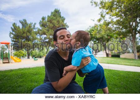 Tout-petits mâles adultes âgés baisers frère dans park Banque D'Images