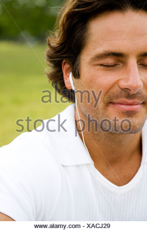Cropped portrait man with earphones Banque D'Images