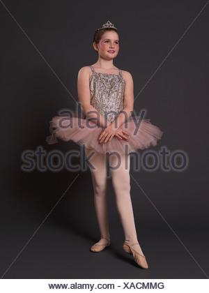 78c4f3658 Une ballerine dans un tutu rose dans une arabesque Banque D'Images ...