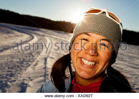 Une femme a son portrait Japonais-américain prises suite à l'utilisation sur une route enneigée dans Custer, État du Dakota du Sud. Banque D'Images