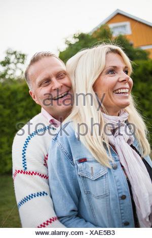 La Suède, Blekinge, Smiling couple embracing Banque D'Images