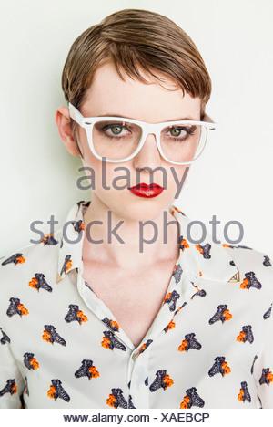 Girl wearing blouse à motifs Banque D'Images
