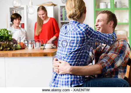 Jeune couple hugging affectueux avec les yeux ferm s l - Couple faisant l amour dans la cuisine ...