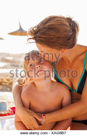 Turquie, Alanya, Mère embrassant sa fille (4-5) on beach Banque D'Images