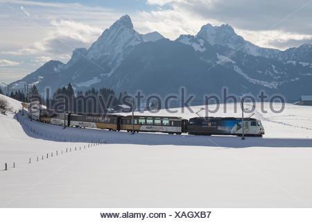 Saanenland, express, Golden Pass, Schönried, montagne, montagnes, Winters, gare, train, chemin de fer, le canton de Berne, Switzerl Banque D'Images