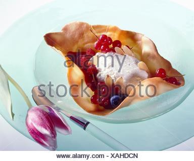 Biscuit tuile avec fromage blanc et les fruits d'été