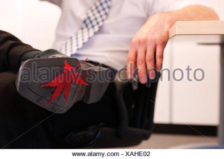 Collé à la chaussure d'homme Banque D'Images