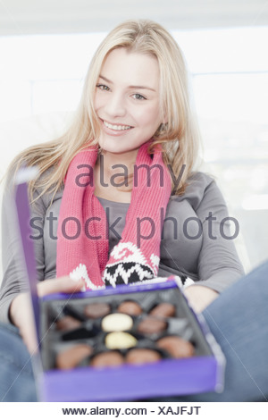 Adolescente avec boîte de chocolats Banque D'Images