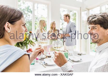 Jeune couple de champagne à l'anniversaire de la famille Banque D'Images