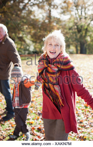 Les grands-parents playing in park with grandson Banque D'Images