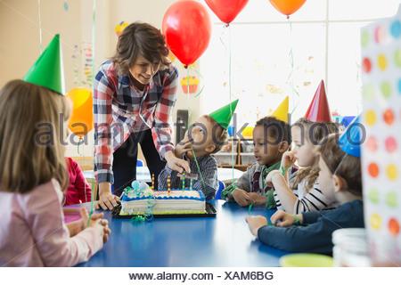 L'enseignant et les enfants à l'école celebrating birthday Banque D'Images