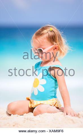 Petite fille blonde au Tropical Beach