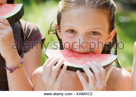 Girls eating watermelon Banque D'Images
