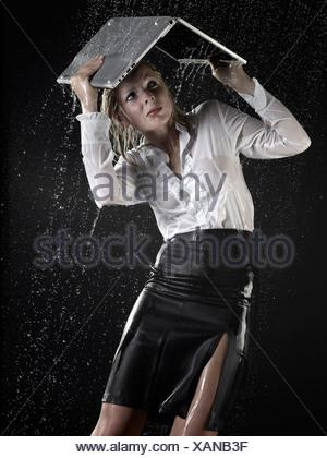 Businesswoman sous la pluie dans l'ordinateur portable Banque D'Images
