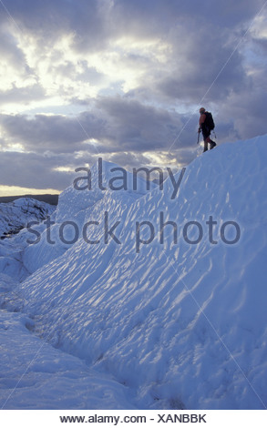 Grimpeur sur glace marche sur glacier Matanuska de Ridge Banque D'Images