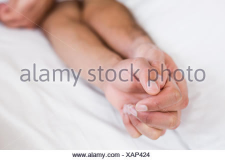 Close up of homosexual couple holding hands Banque D'Images