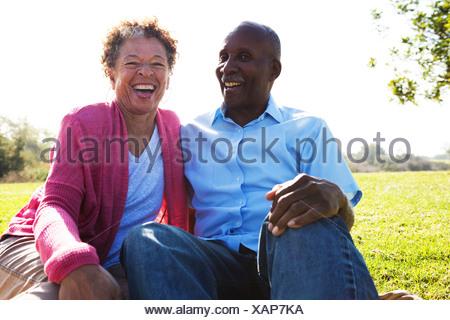 Portrait of senior couple sitting in park Banque D'Images