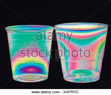 La science. La physique. Les modèles de stress dans des gobelets en plastique photographié en lumière polarisée. Banque D'Images