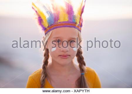 Portrait of boy native american avec coiffe de plumes Banque D'Images
