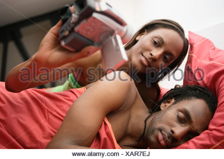 L'enregistrement vidéo mari femme africaine au lit Banque D'Images