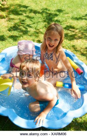 Des enfants jouent dans la pataugeoire Banque D'Images