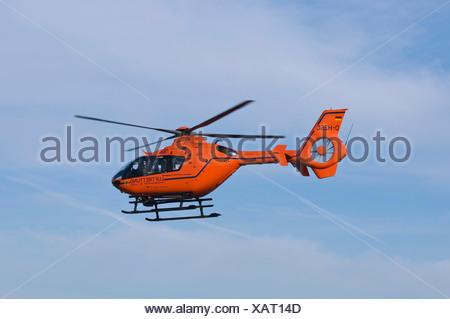 Hélicoptère orange de l'air rescue en vol, hélicoptère de sauvetage Christoph 3 Banque D'Images