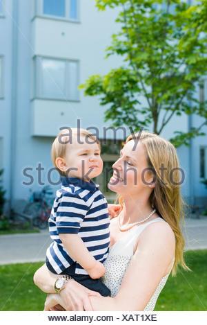 La Suède, Sodermanland, Nacka, Finnboda Hamn, Mère et bébé garçon (18-23 mois) in park Banque D'Images