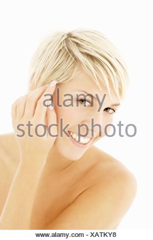 Une tête et des épaules, portrait d'une femme, les mains sur le visage, vers la caméra Banque D'Images
