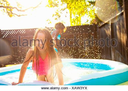 Deux jeunes filles, jouant dans les bassin de jardin Banque D'Images