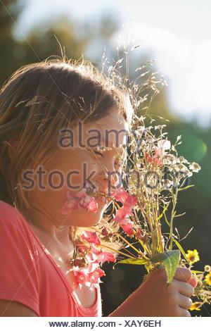 Girl (10-11) holding bouquet de fleurs sauvages Banque D'Images