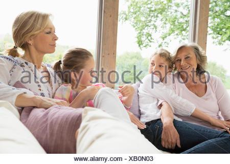 Grand-mère, fille et petites-filles sur canapé Banque D'Images