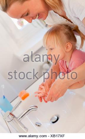 Mère et fille se laver les mains Banque D'Images