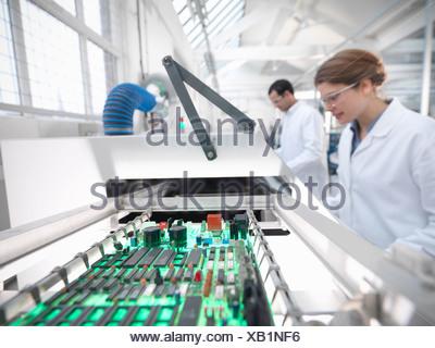 Machine de soudage automatique avec les travailleurs