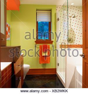 Salle de bains avec murs vert lime et d\'Orange et de blanc ...