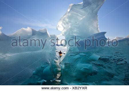 Kayakiste de mer vues grand icebergs dans Passage Stephens, Tracy Arm-Fords la terreur désert, le passage de l'Intérieur, de l'Alaska Banque D'Images