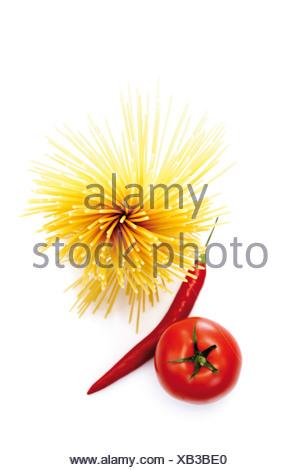 Paquet de spaghetti, piment et tomate, elevated view Banque D'Images