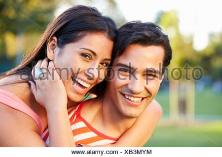 Portrait plein air de Couple In Park Banque D'Images