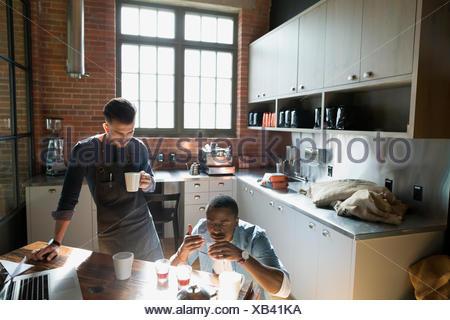 Coffee Roasters café test entrepreneurial dans la cuisine Banque D'Images